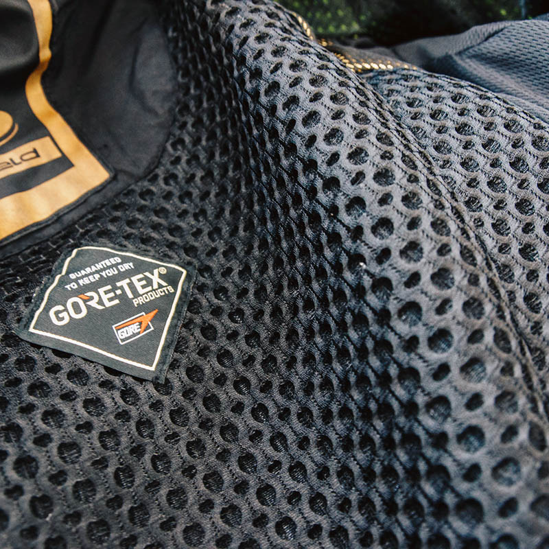 This 3D bubble lining helps air circulate inside the suit and reduces sweat build-up