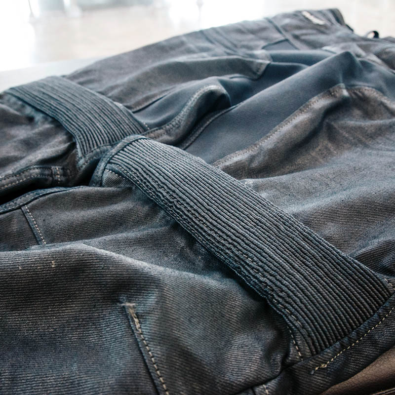 Elasticated stretch panels keep the jeans flexible