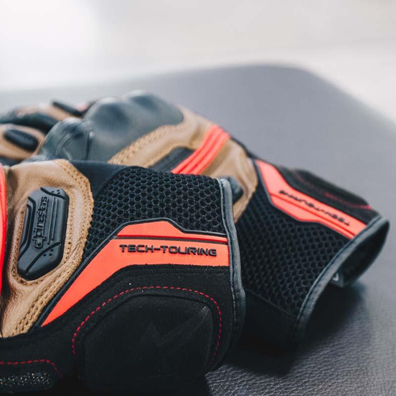 Mesh ventilation panels ensure hands are cool regardless of outdoor temperature