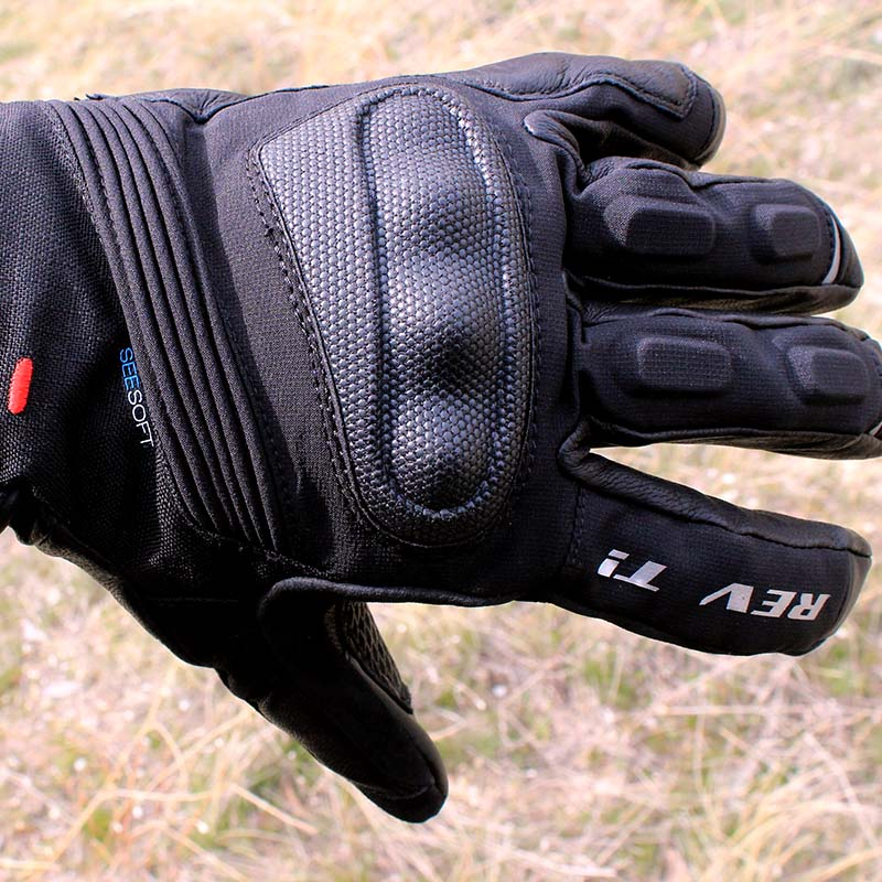The hard knuckle protection is covered with 'SuperFabric' to ensure extra protection and abrasion-resistance