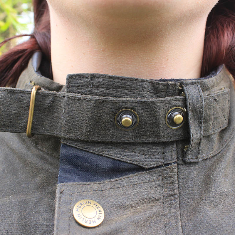 The collar can be adjusted using popper buttons